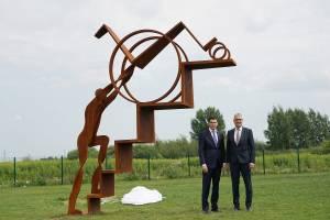 """Памятник """"Тому, кто рядом"""""""